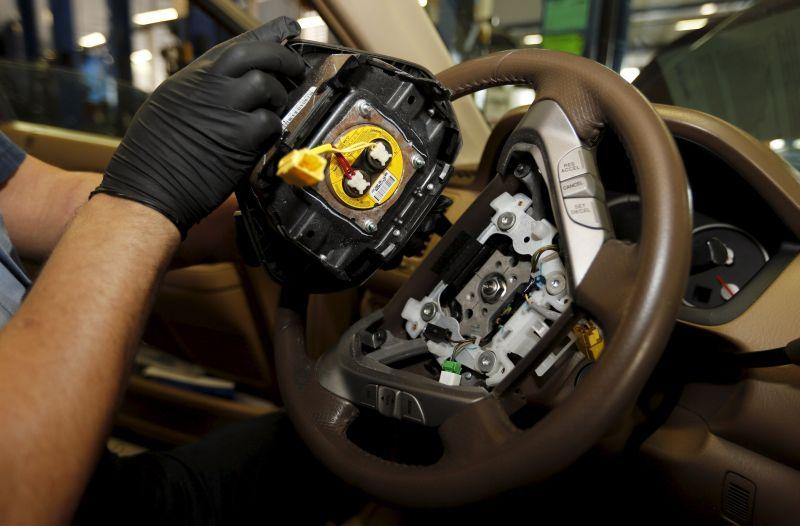 Penggantian inflator airbag (Foto: Reuters)