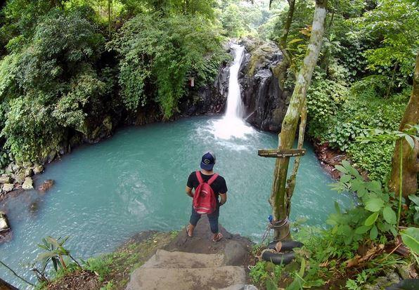 Suka Tantangan Coba Main Perosotan Di Air Terjun Aling Aling Bali Okezone Travel