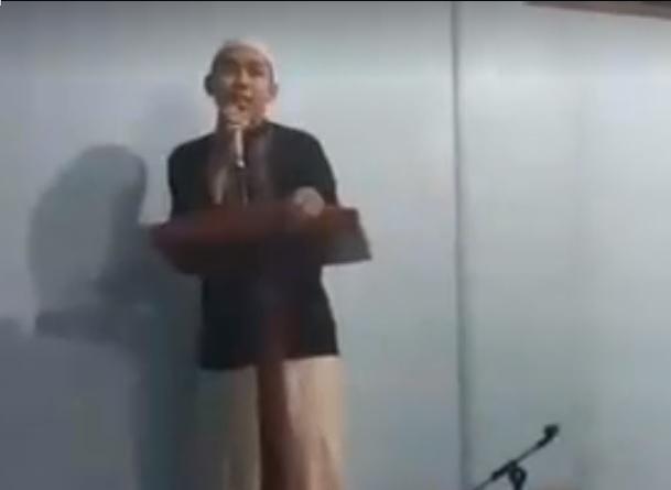 Viral, Pria Ini Melayang saat Mengisi Ceramah