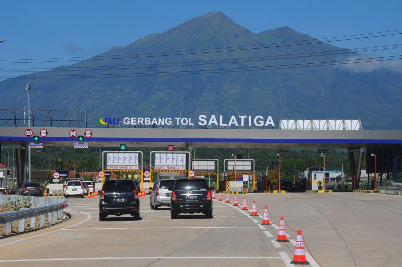 Ada Gunung Merbabu di Balik Gerbang Tol Salatiga (Foto: Antara)