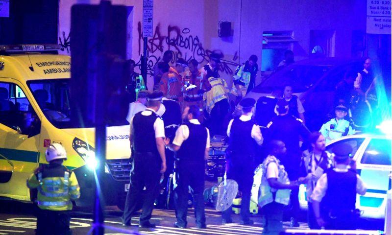 Foto polisi dan tim medis berada di lokasi insiden yang terjadi di Jalan Seven Sisters, London, Inggris (Foto: Rex/Shutterstock/The Guardian)
