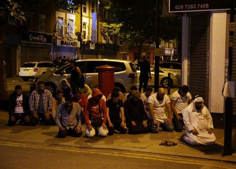 Foto sejumlah Muslim salat di dekat lokasi penabrakan (Foto: AFP/Metro)