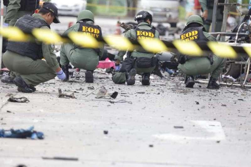 Tentara Thailand menyisir lokasi pengeboman (Foto: AFP)
