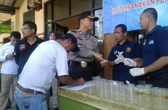 Sopir angkutan umum di Terminal Poris Tangerang dites urine (Foto: Rikhi Ferdian)