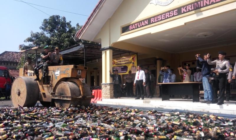Ribuan Botol Miras Dimusnahkan di Polres Serang (Foto: Rasyid Ridho/Sindonews)