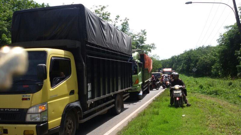 Jalan lintas timur Sumatra macet hingga puluhan kilometer (Foto: Mewan/Okezone)