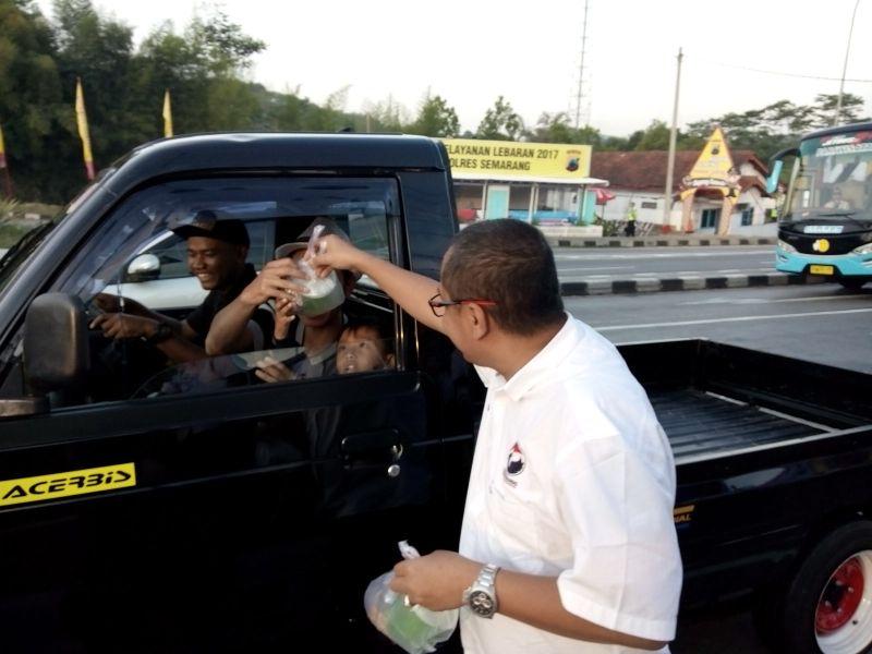 DPP Perindo Semarang bagikan takjil di exit tol Bawen (Foto: Taufik/Okezone)