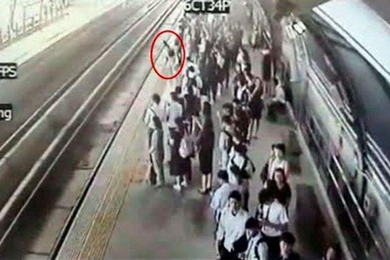 Perempuan hamil di Thailand nekat meloncat ke rel kereta api. (Foto: The Star)