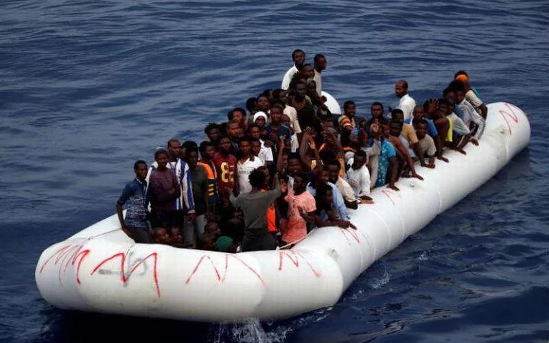 Imigran terombang-ambing di Laut Tengah. (Foto: Reuters)