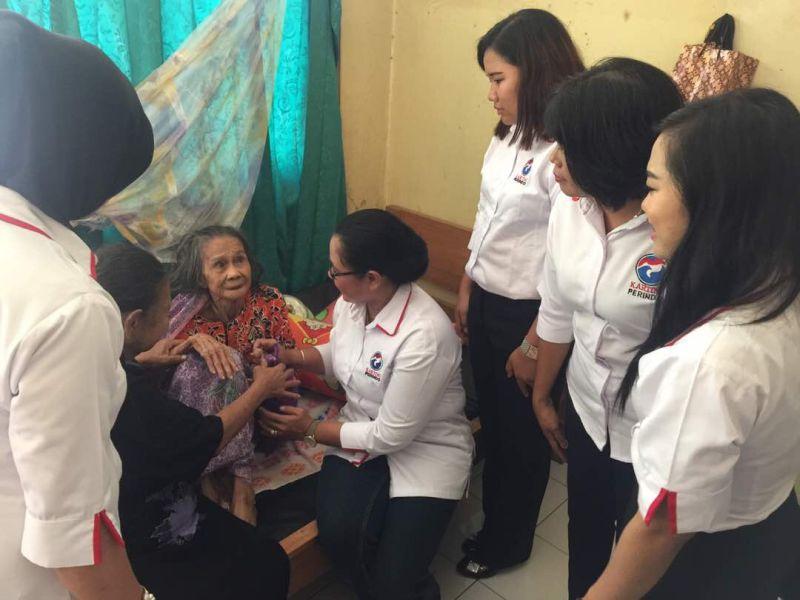 Kartini Perindo DPW Kalteng memberikan bingkisan Lebaran kepada panti jompo (Foto: Sigit/Okezone)