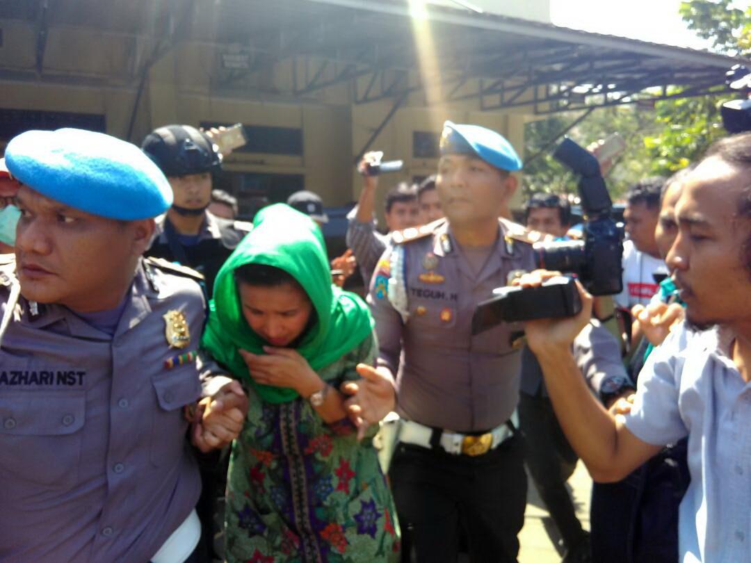 Istri gubernur Bengkulu, Lily Martiani saat dibawa petugas usai di OTT KPK (Demon/Okezone)