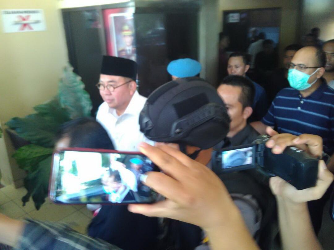 Gubernur Bengkulu Ridwan Mukti keluar dari Mapolda Bengkulu (Demon/Okezone)