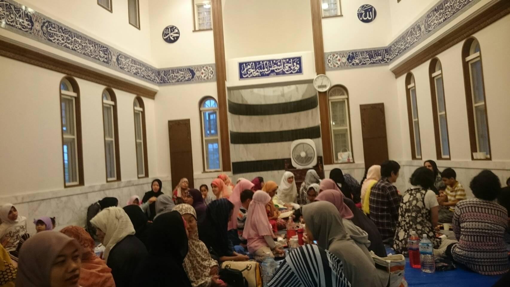 https: img.okezone.com content 2017 06 21 18 1721978 komunitas-muslim-di-jepang-bernostalgia-kuliner-negara-asal-saat-buka-puasa-bareng-PWGXJaVFZh.jpg
