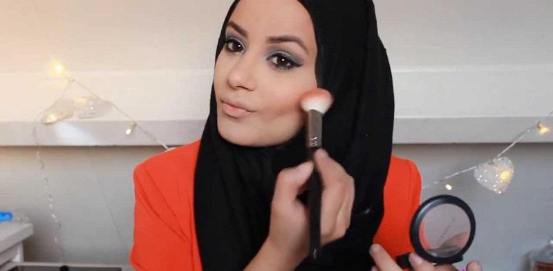 Make-Up Mulai Luntur? Yuk Touch Up Singkat dengan Cara Ini!
