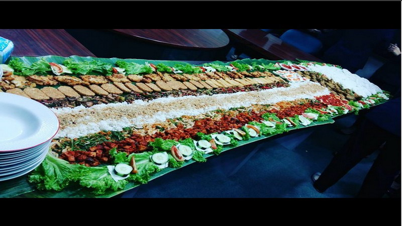 https: img.okezone.com content 2017 06 21 298 1721636 food-story-makan-ala-liwetan-tradisi-nusantara-yang-kini-jadi-tren-kuliner-modern-0PLUx9Dv6x.jpg