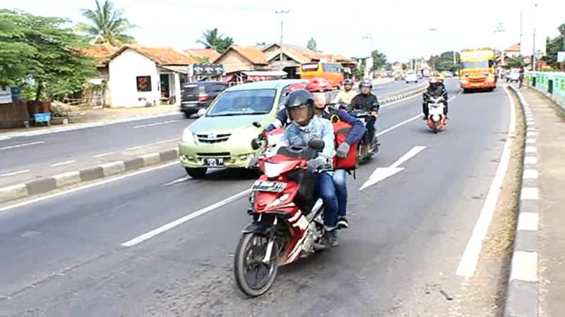 https: img.okezone.com content 2017 06 21 338 1721471 23-ribu-kendaraan-diprediksi-lintasi-jalan-raya-kalimalang-hingga-jelang-lebaran-2017-jDSkzwwpi0.jpg