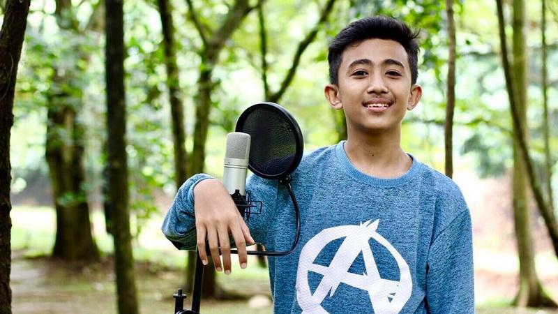 https: img.okezone.com content 2017 06 24 33 1723949 tak-merayakan-rian-indonesian-idol-junior-tetap-ikut-tradisi-lebaran-ROI9FnO2ls.jpg