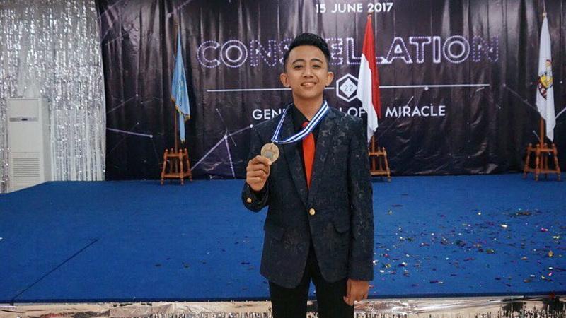 https: img.okezone.com content 2017 06 24 33 1723956 lingkungan-beragam-rian-indonesian-idol-belajar-toleransi-sejak-dini-oxRfbqHHME.jpg