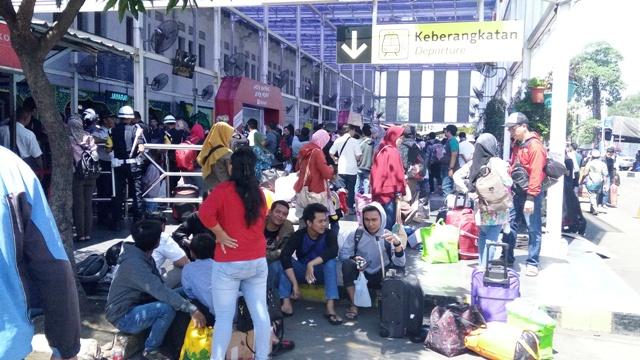 Hari H Lebaran 2017, Stasiun Pasar Senen Masih Dipadati Pemudik