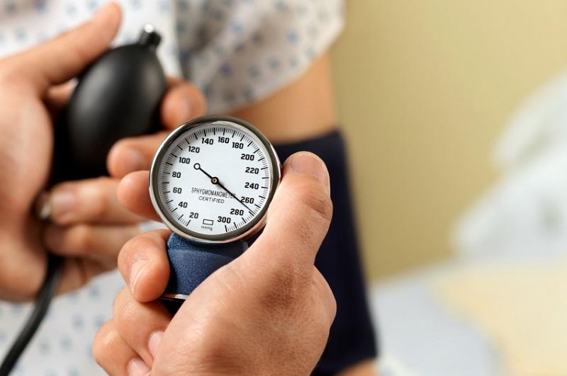 https: img.okezone.com content 2017 06 26 481 1724938 mudah-begini-cara-mengukur-tekanan-darah-di-rumah-jvPeyCurfA.jpg