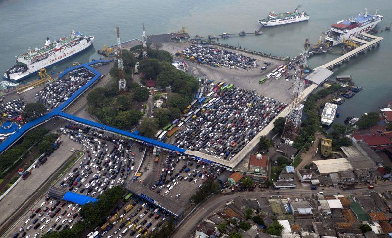 H+3 Lebaran, Penumpang Pejalan Kaki Membeludak di Pelabuhan Bakauheni