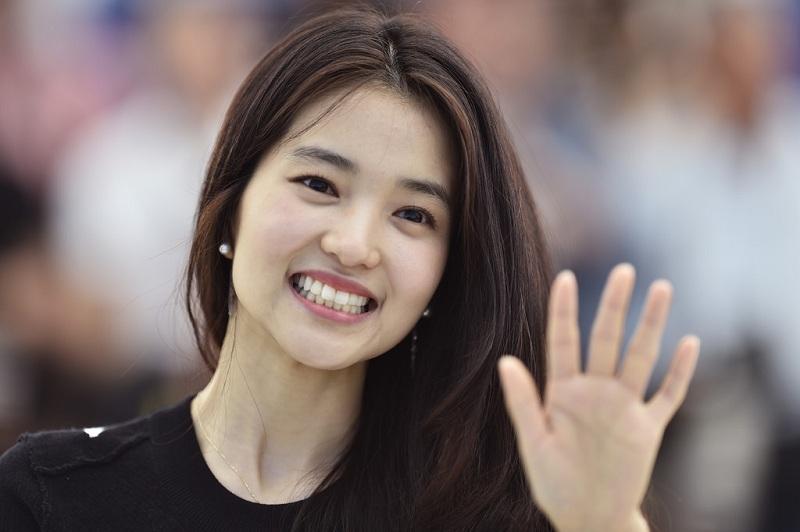 https: img.okezone.com content 2017 07 06 206 1730544 penulis-skenario-goblin-pasangkan-kim-tae-ri-dan-lee-byun-hun-dalam-mr-sunshine-P0DRvPND14.jpg