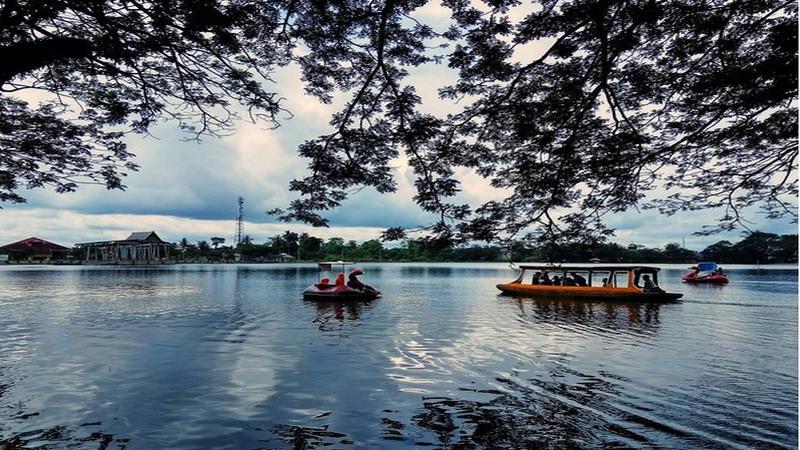 Hasil gambar untuk pinggir danau raja