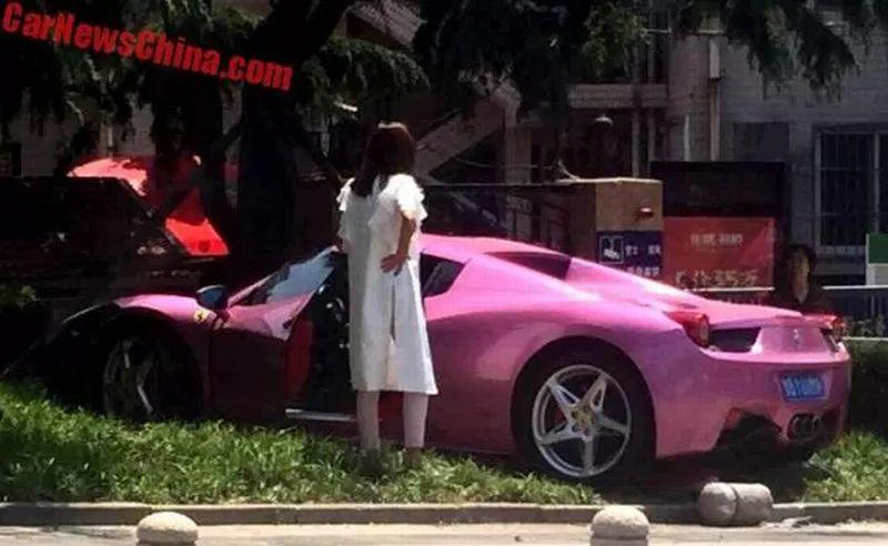 Gara-Gara Sopir Asyik Main Hape, Ferrari Pink Tabrak Pagar
