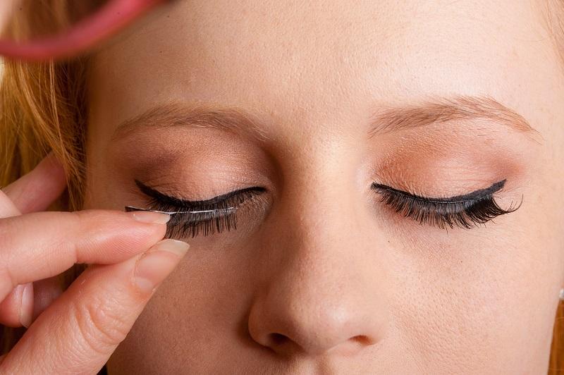 Apalagi untuk pemilik mata monolid, butuh usaha ekstra untuk menemukan bulu mata palsu yang cocok untuk matanya