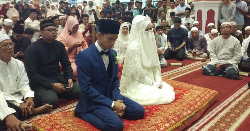 https: img.okezone.com content 2017 07 07 33 1730720 bikin-patah-hati-imam-muda-muzammil-resmi-menikah-9ymgfJ9BtD.jpg
