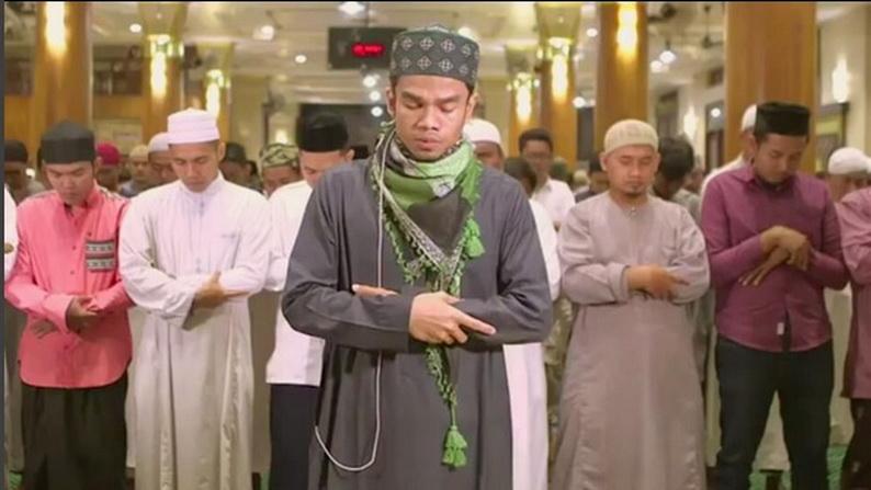 https: img.okezone.com content 2017 07 07 33 1730907 bikin-merinding-suara-merdu-imam-muzammil-pimpin-salat-subuh-berjamaah-sebelum-nikahi-sonia-FwPvrcKY6x.jpg