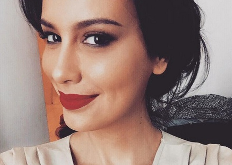 FOTO: Bibir Merah Sophia Latjuba Bikin Netizen Mau