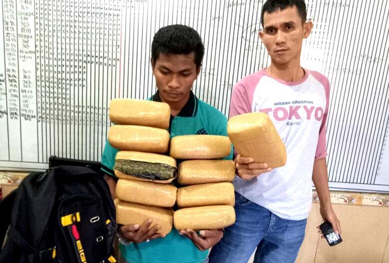 https: img.okezone.com content 2017 07 10 340 1732995 polisi-gagalkan-pengiriman-10-kg-ganja-dari-aceh-SFhIZj5Jvc.jpg
