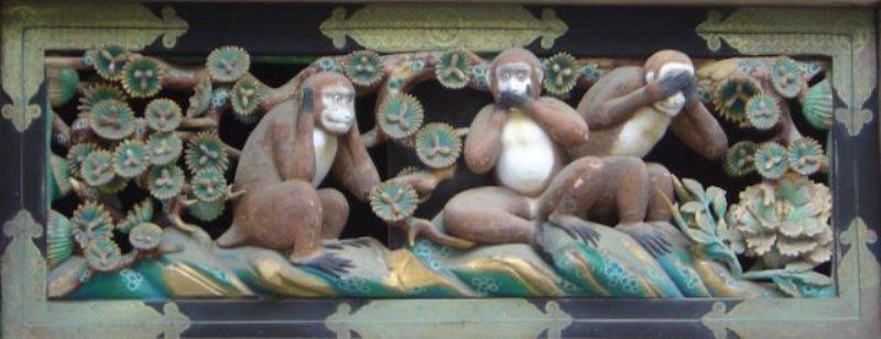 Pahatan tiga kera bijak di Kuil Tosho-gu, Nikko, Jepang. (Foto: Wikipedia)