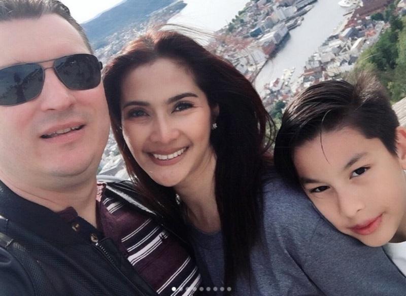 https: img.okezone.com content 2017 07 12 33 1734871 foto-maudy-koesnaedi-selfie-bareng-keluarga-netizen-duh-ibu-anak-kece-badai-UTme0CkU4l.jpg