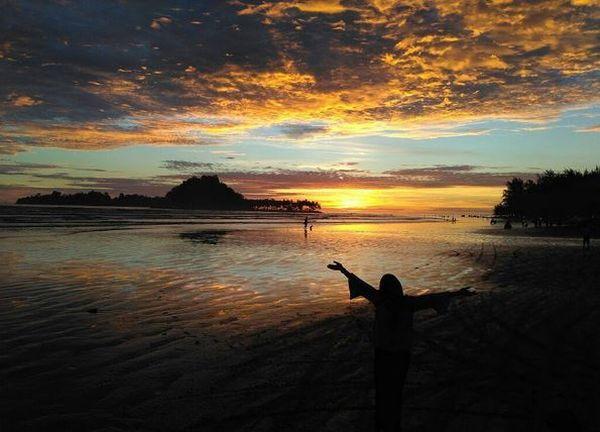https: img.okezone.com content 2017 07 12 406 1734806 pantai-air-manis-tapak-tilas-legenda-anak-durhaka-malin-kundang-UyPyvys2RB.JPG