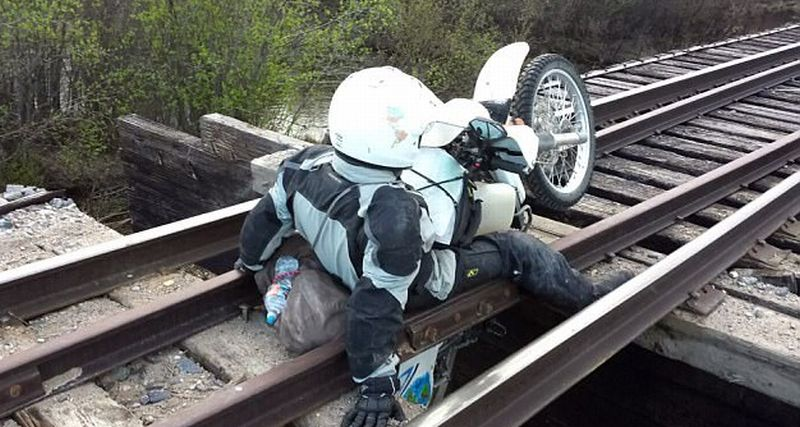 Ada-Ada Saja, Biker Ini Terjepit di Rel Kereta