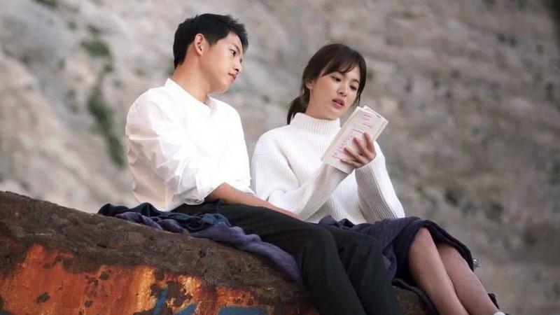 https: img.okezone.com content 2017 07 13 33 1735008 tenang-dan-bijaksana-song-hye-kyo-bikin-song-joong-ki-kepincut-JqPjCjHhcR.jpg