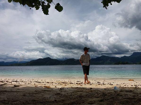 https: img.okezone.com content 2017 07 14 406 1736175 share-loc-pulau-sirandah-di-sumatera-barat-punya-air-berwarna-biru-yang-kece-aoCGHr0E3b.JPG