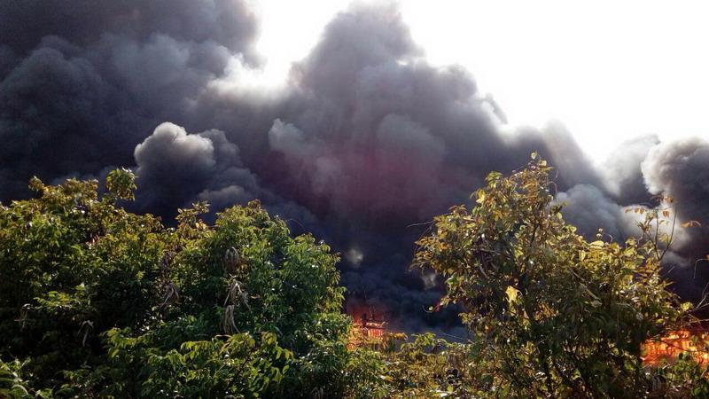 Asap mengepul di lokasi kebakaran kapal nelayan di Pati (Foto: BNPB)
