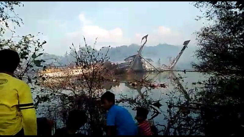 Puing kapal yang terbakar di Pati, Jawa Tengah (Foto: Taufik Budi/Okezone)
