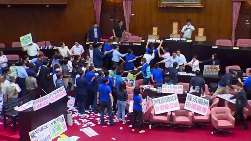 Foto ketika bentrokan pecah saat rapat anggaran di Parlemen Taiwan (Foto: Shanghaiist)