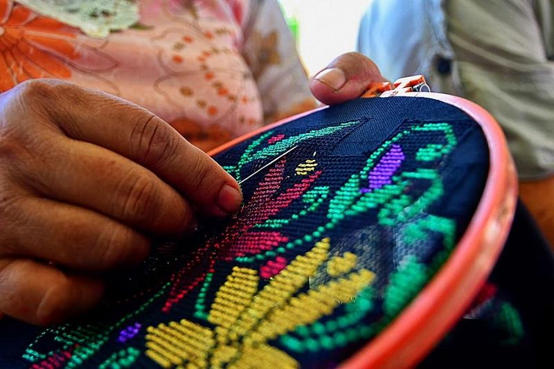https: img.okezone.com content 2017 07 17 194 1738053 fashion-heritage-sulam-karawo-gorontalo-siap-melenggang-di-new-york-fashion-week-2018-ozXMzVANhT.jpg