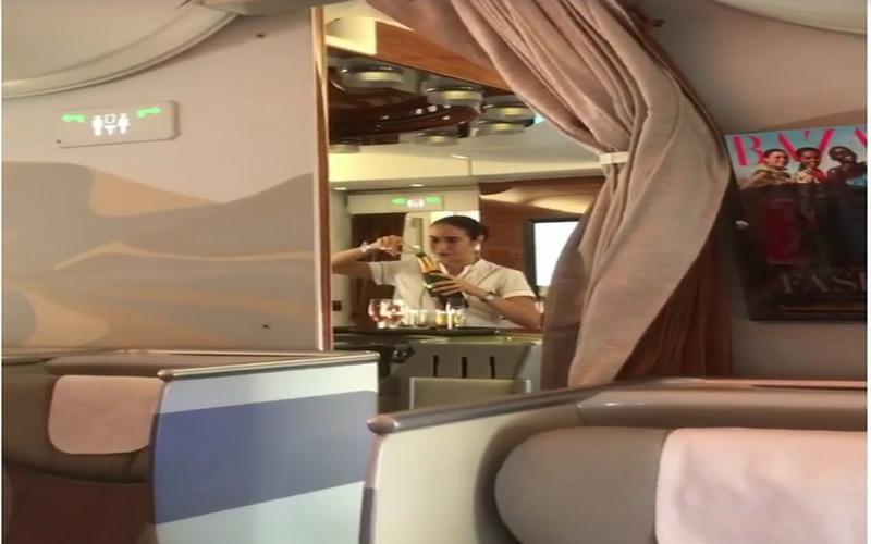 https: img.okezone.com content 2017 07 17 298 1737993 ya-ampun-pramugari-emirates-tuang-kembali-sisa-champagne-penumpang-ke-botol-8PIFo4Svpn.jpg