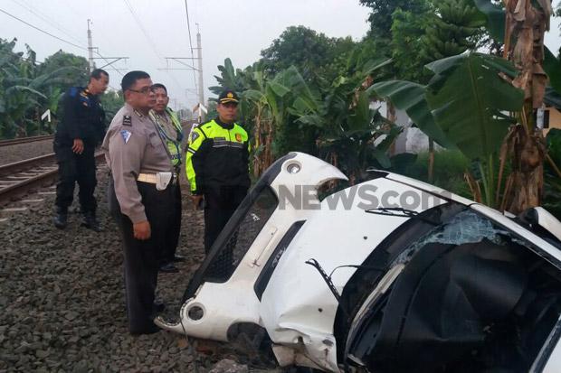 Brakk! Dihantam Kereta Api, Mobil PNS DKI Terseret Sejauh 500 Meter