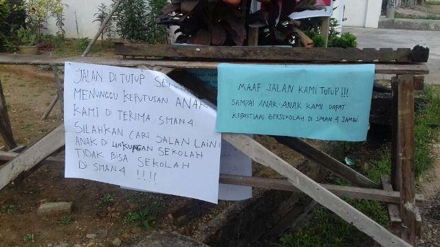 Orangtua blokir jalan menuju SMAN 4 di Jambi (Foto: Nanang Fahrurozy)
