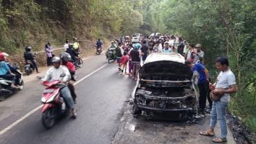 mobil terbakar di pinggir jalan (Foto: Harian Jogja)