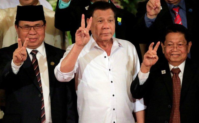 Presiden Filipina Rodrigo Duterte bersama Ketua MILF Al Haj Murad Ibrahim (ki) dan Wakil Ketua MILF Ghazali Jaafar pada penyerahan rancangan UU Bangsamoro, 17 Juli 2017. (Foto: Reuters)