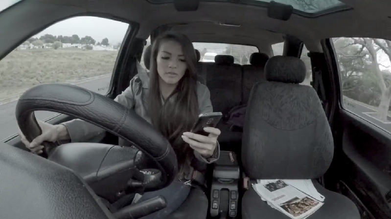 Hati-Hati! Ini Bahaya Gunakan Smartphone saat Berkendara