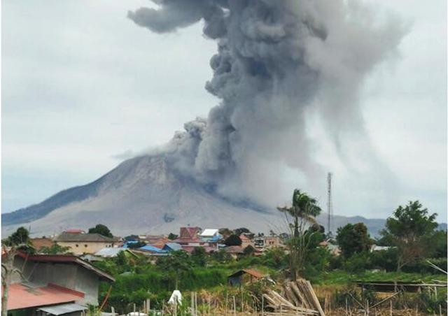 Gunung Sinabung erupsi semburkan vulkanik setinggi 3 Km (foto: Dokumen Pos PGA Sinabung)